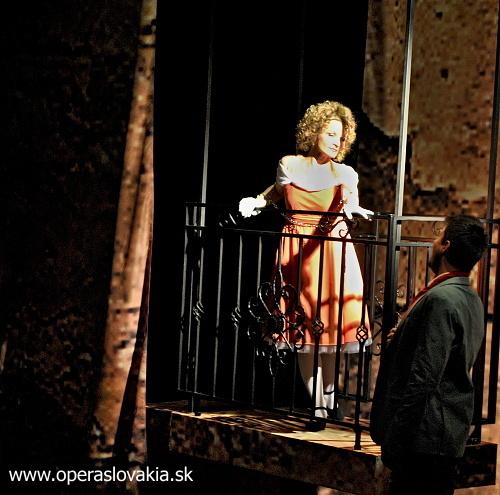 G. Rossini: Barbier zo Sevilly, Opera SND, 2013, Jana Kurucová (Rosina), Juraj Holý (Almaviva), foto: Ľudovít Vongrej