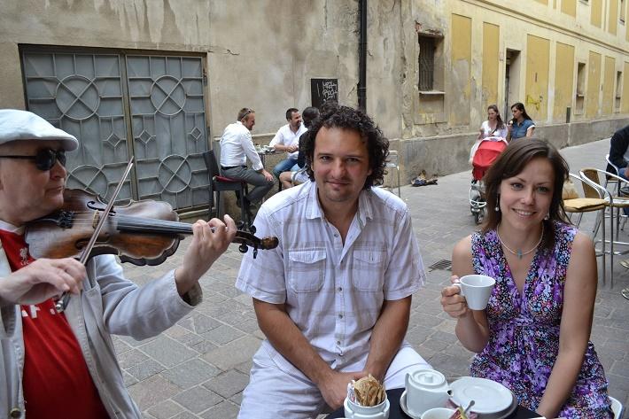 Lenka Čermáková S pouličním houslistou a dirigentem Petrem Valentovičem v Košicích foto: Robert Rohál