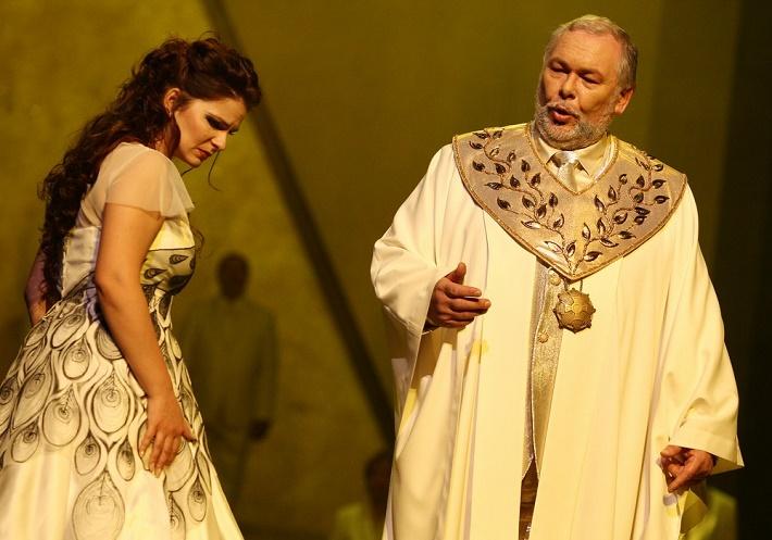 Čarovná flauta, Opera SND Eva Hornyáková (Pamina), Peter Mikuláš (Sarastro) foto: Ctibor Bachratý