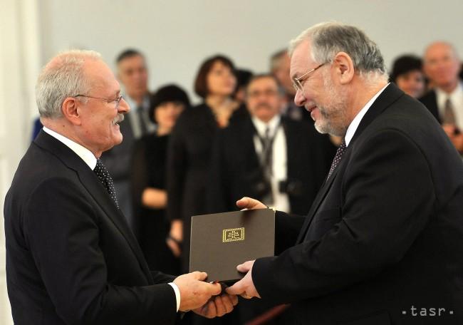 Prezident SR Ivan Gašparovič a Peter Mikuláš (vpravo) preberá menovací dekrét v odbore hudobné umenie foto: TASR/Vladimír Benko