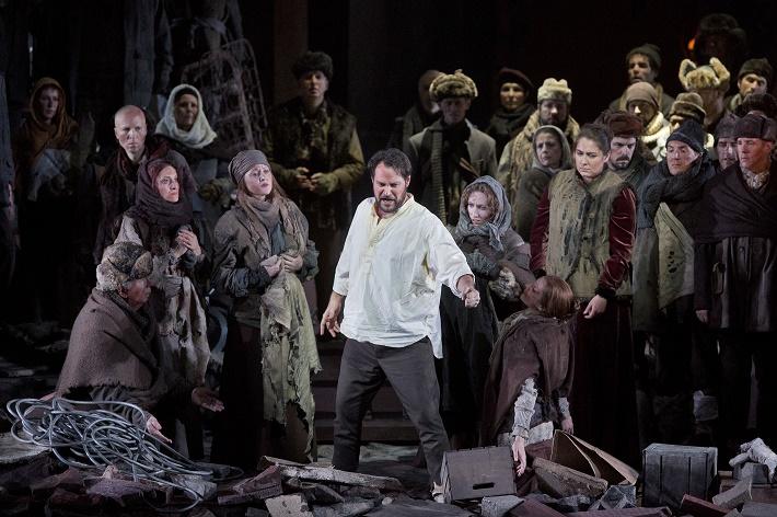 Scéna z opery Knieža Igor Ildar Abdrazakov (Knieža Igor) Metropolitná opera New York
