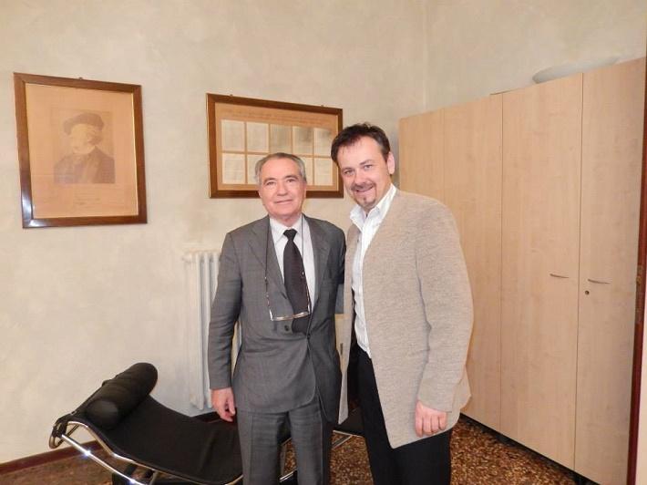 Teatro Comunale di Bologna, Šimon Svitok s generálnym riaditeľom Francescom Ernanim počas rokovania v jeho pracovni