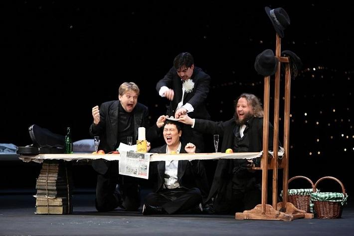 Bohéma Opera SND Pavol Remenár (Marcello), Kyungho Kim (Rodolfo), Daniel Čapkovič (Schaunard), Jozef Benci (Colline) foto: Jozef Barinka, 2014