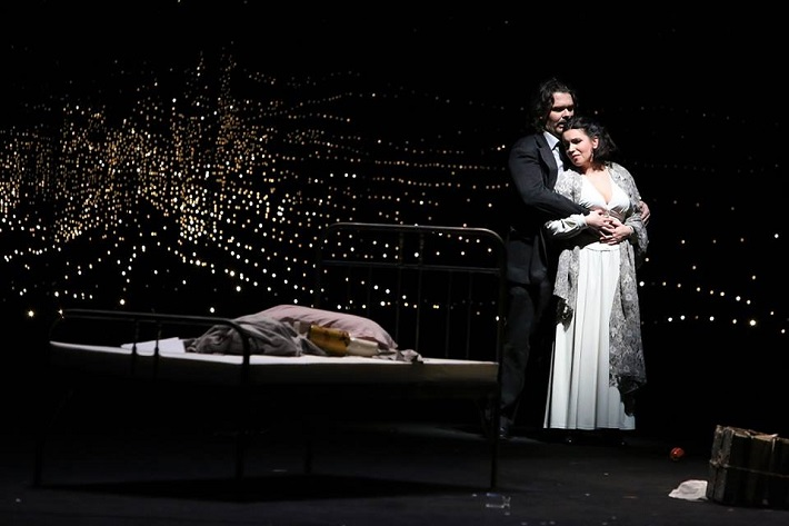 Bohéma Opera SND Tomáš Juhás (Rodolfo), Katarína Juhásová-Štúrová (Mimi) foto: Jozef Barinka, 2014