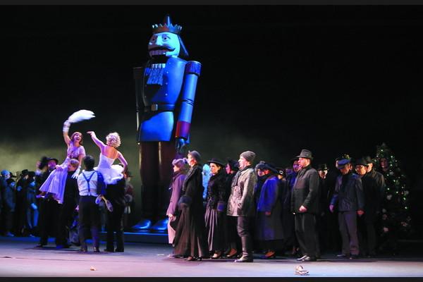 Bohéma, Opera SND Jozef Benci (Colline), Jana Bernáthová (Musetta), Pavol Remenár (Marcello), Dorota Letenajová (Povrazolezkyňa) foto: Jozef Barinka