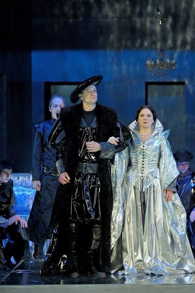 David-Szendiuch-Jindřich VIII., Jana Šrejma Kačírková-Anna Boleynová a zbor opery NDMfoto: Martin Popelář
