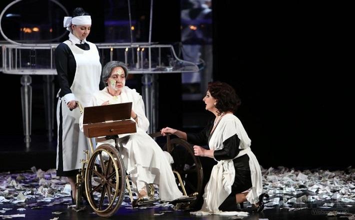 Piková dáma, Opera SND, 2014 Katarína Flórová (Máša), Jitka Sapara-Fischerová (Grófka), Adriana Kohútková (Líza) foto: Jozef Barinka
