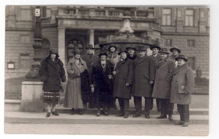 Pietro Mascagni na spoločnej fotografii spolu s Oskarom Nedbalom a inými pred historickou budovou v SND (1924)
