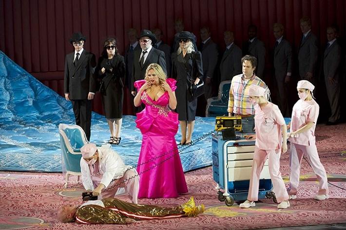 Anna Nicole, Royal Opera House, Alan Oke (J.Howard Marshall), Eva-Maria Westbroek (Anna Nicole), Gerald Finley (Stern), foto: Bill Cooper