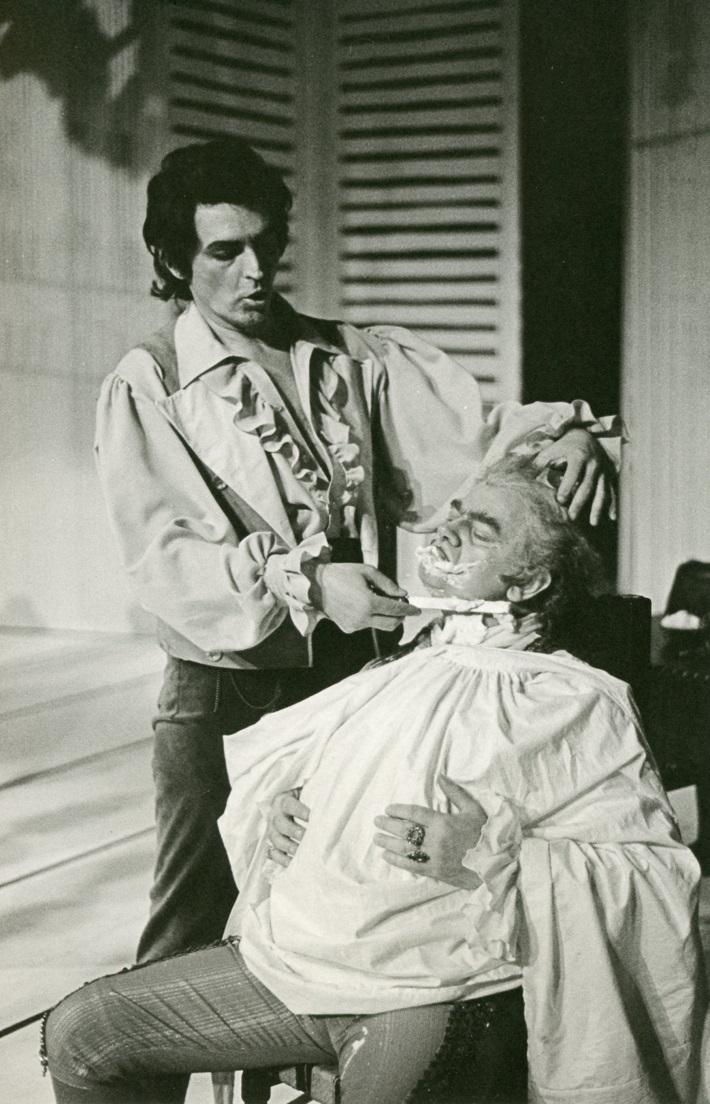 Barbier zo Sevilly, Opera SND, 1985, Štefan Hudec (Figaro), Jozef Špaček (Bartolo), foto: Anton Sládek
