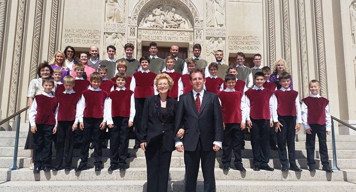 Bratislavský chlapčenský zbor pred katedrálou vo Washingtone