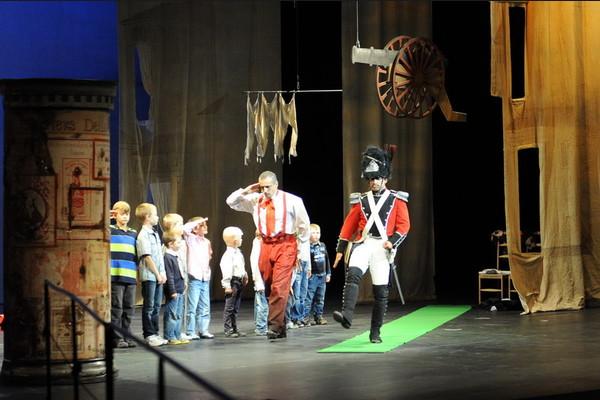 Opera je zábava, Opera SND Opera Nápoj lásky v úprave pre deti Martin Vanek (Moderátor), Filip Tůma (Belcore) a deti - diváci (vojaci) foto: Alena Klenková
