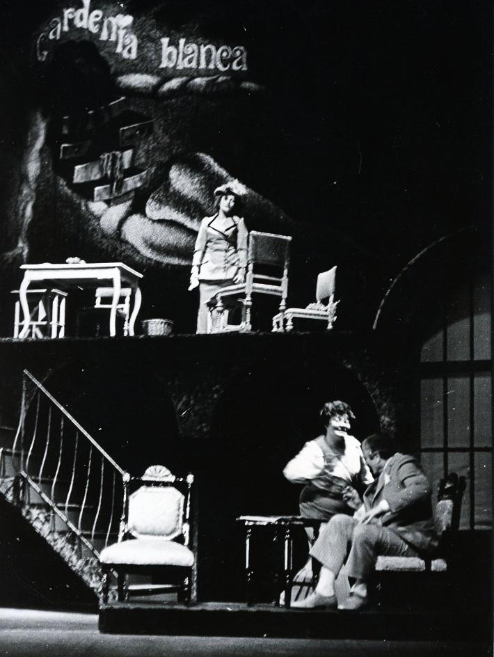 Sobášna kancelária, Opera SND, 1975, Elena Kittnárová (Argia), Juraj Martvoň (Alonso), Anna Czaková (Planetárka) foto: Jozef Vavro
