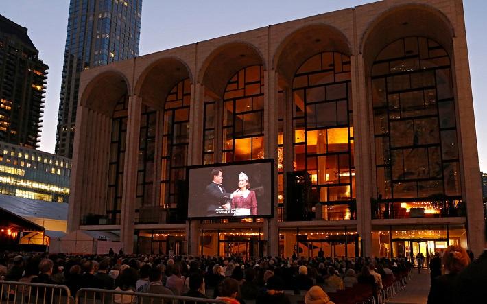 Živé vysielanie predstavenia na na námestí Josieho Robertsona pri Lincolnovom centre, Opening Night Gala v Met, foto: Marty Sohl