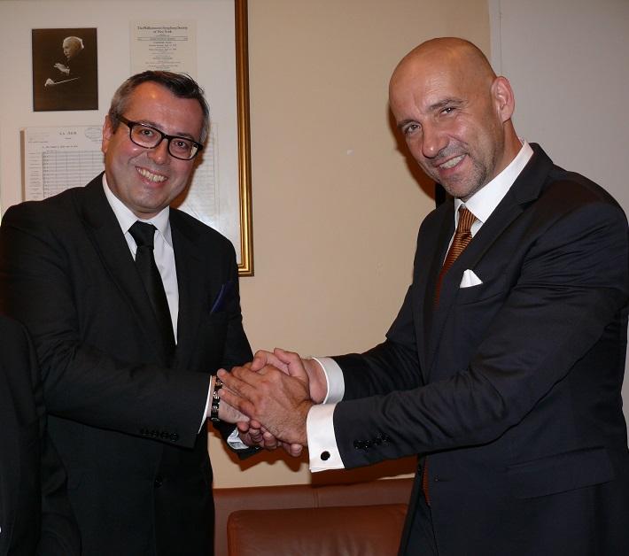 E. Villaume, R.Otepka pri podpise zmluvy