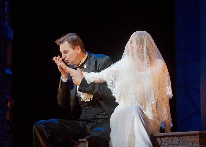 Figarova svadba, MET, 2014, Peter Mattei (Almaviva), Amanda Majeski as (Grófka), foto: Ken Howard