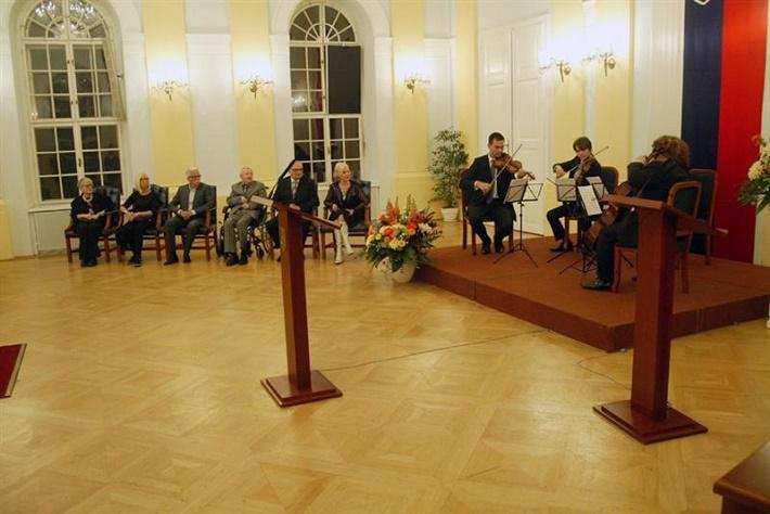 Odovzdávanie Ceny predsedu Národnej rady SR 2014, zľava: E. Farkašová, M. Havránková, J. Šimončič, M. Leščák, M. Vach, M. Kráľovičová, Mucha Quartet