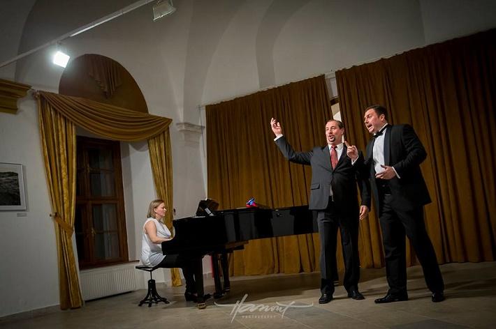 1. Benefičný koncert Martina Gyimesiho a jeho hostí, zľava: J. Grejtáková, M. Malachovský, M. Gyimesi, foto: Zdenko Hanout