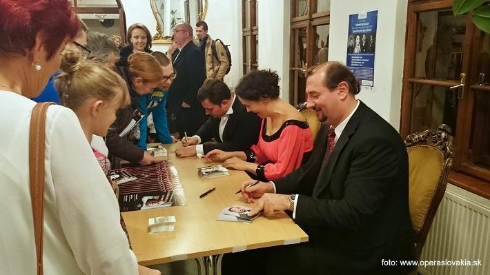 1. Benefičný koncert martina Gyimesiho a jeho hostí, autogramiáda po koncerte, foto: Ľudovít Vongrej