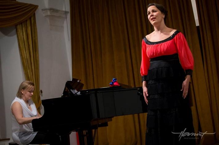 1. Benefičný koncert Martina Gyimesiho a jeho hostí, zľava: J. Grejtáková, T. Kružliaková, foto: Zdenko Hanout