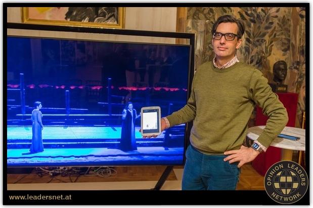 Christopher Widauer, Wiener Staatoper digital, Na jednej obrazovke scéna, na druhej - v tablete - napr. titulky foto: © leadersnet.at, M. Buchwald