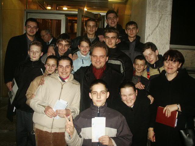 SHD s p. Šomorjaiom po predstavení Chéniera v SND, prvej skutočnej opere ktorú žiaci krúžku SHD videli (február 2004)