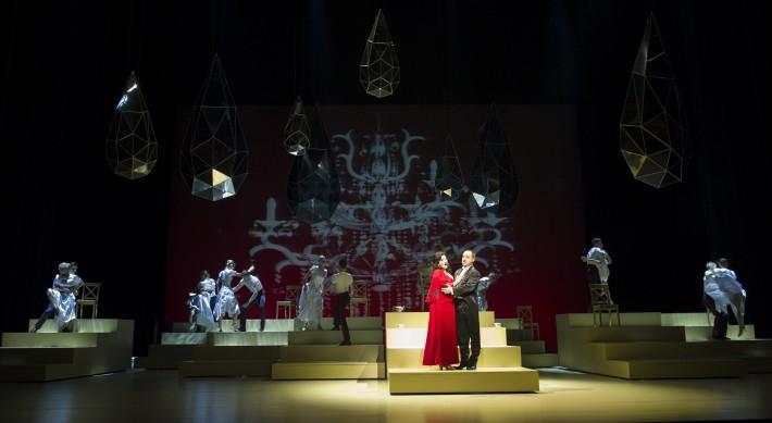 Zem úsmevov, Opera SND, Adriana Kohútková (Lisa), Michal Lehotský (Princ Su-Čong), foto: Martin Geišberg