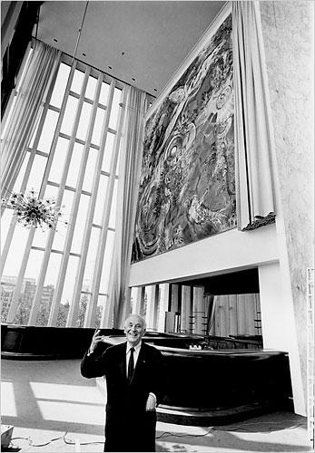 Marc Chagall pri odhaľovaní obrazov v Metropolitnej opere v New Yorku v roku 1966, foto: Eddie Hausner, New York Times