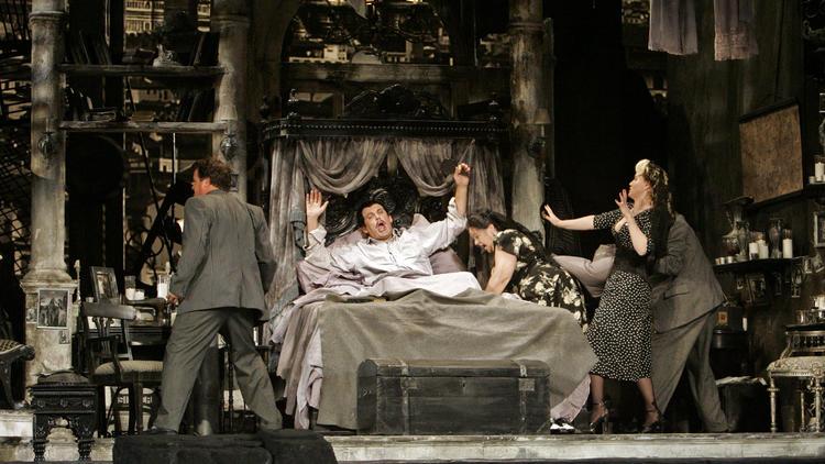 """Záber z Inscenácie ,,Gianni Schicchi"""", réžia Woody Allen, L.A. Opera, foto: Lawrence K. Ho / Los Angeles Times"""