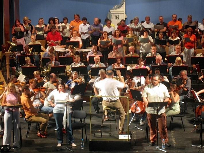 Skúška Lombarďanov, Zámocké hry zvolenské, Dimitra Theodossiou prvá vľavo vedľa dirigenta Mariána Vacha