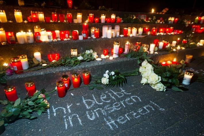 Pieta za nemeckých študentov pred budovou gymnázia, zdroj: ČTK