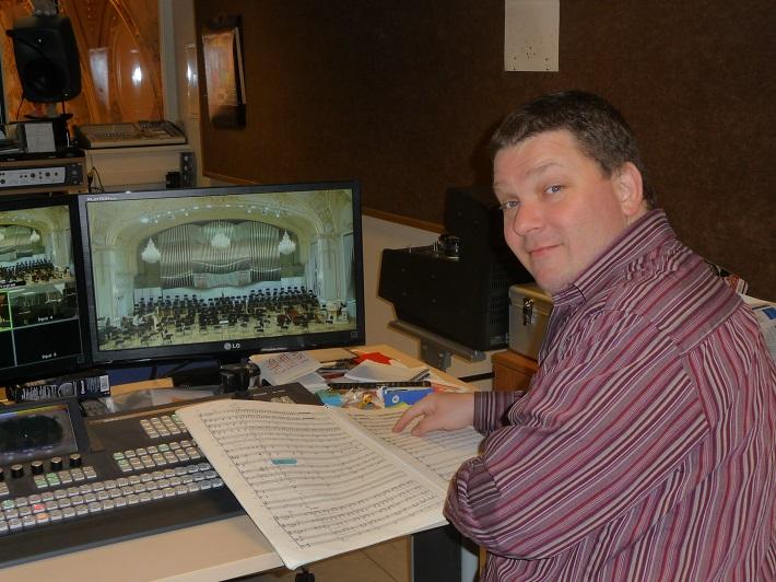 Marek Piaček nad orchestrálnou partitúrou  počas príprav na prenos, foto: Streamboyz