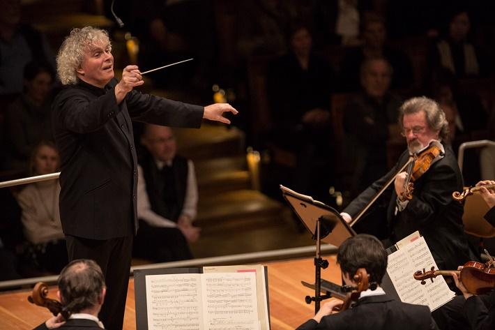 Sir Simon Rattle 5. februára 2015 diriguje Sibeliove Symfónie č.1. a 2. , foto: Holger Kettner