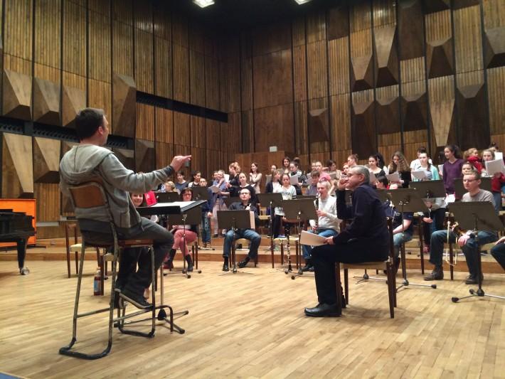 skúška opery Stručné dejiny vesmíru, A. Kokoš, Š. Bučko, orchester a zbor