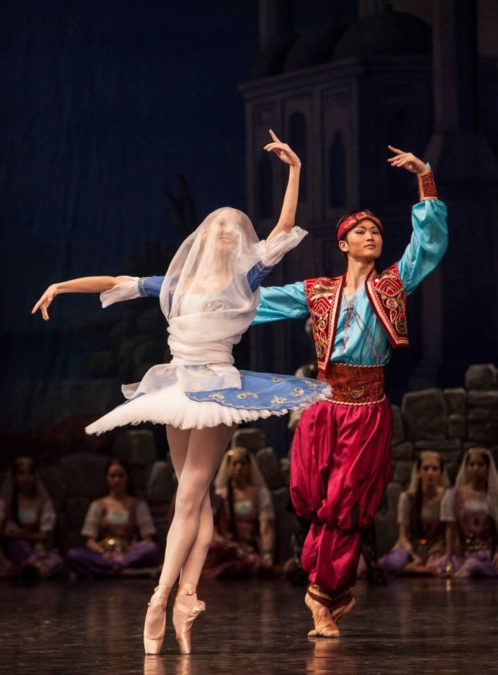 Korzár, Balet SND, M. Rudenko (Gulnara), Y. Kaminaka (Lankedem), foto: Peter Brenkus