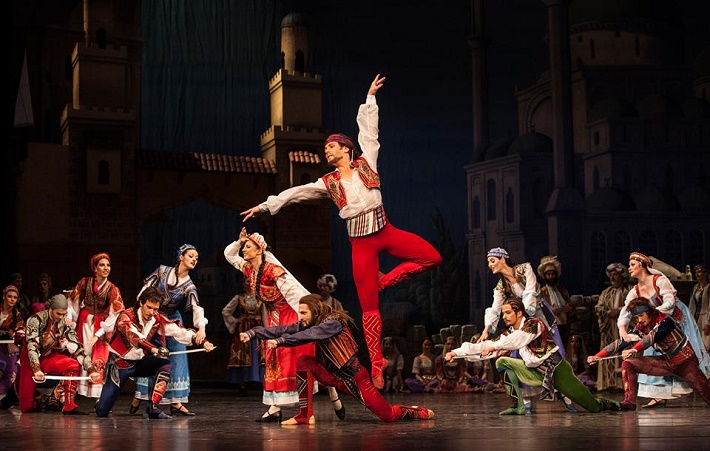 Korzár, Balet SND, K. Kaanová (priateľka Birbanta), S. Jegorov (Birbanto), A. Pyzhov (Konrád), foto: Peter Brenkus
