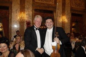 Zakladateľ projektu The Filharmonics Tibor Kováč z Levíc. Na snímke s Billom Clintonom.