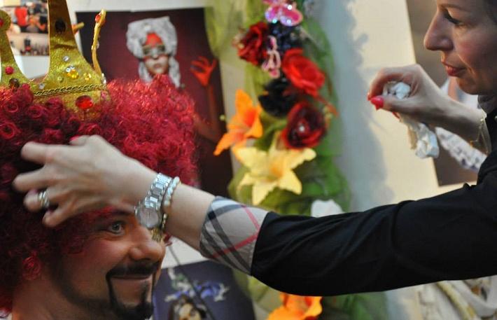Kocúr v čižmách, ŠOBB, (2015), Šimon Svitok (Kráľ) v maskérni, príprava na operu pre deti Kocúr v čižmách, foto: súkromný archív