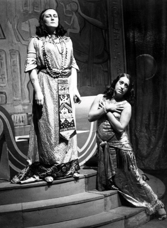 G. Verdi: Aida, Opera SND, 1941, Jelizaveta Evertová  (Amneris), Helena Bartošová (Aida), foto: Archív DÚ
