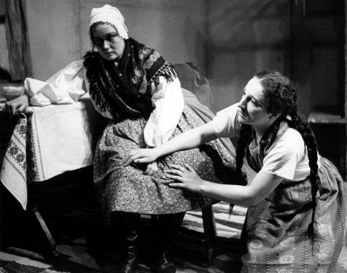 L. Janáček: Jej pastorkyňa, Opera SND 1941, Jelizaveta Evertová (Kostolníčka Buryjovka), Marka Medvecká (Jenůfa), foto: Archív DÚ