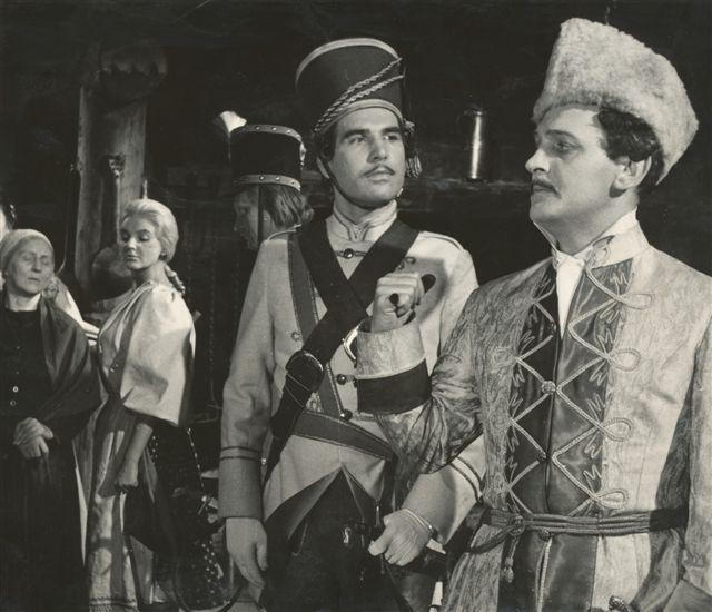 Lucia Popp v dvojdielnom Bielikovom filme Jánošík (1962-63). Vpravo Eduard Bindas, vľavo Juraj Sarvaš, v pozadí Lucia Popp ako Jánošíkova milá Tereza.