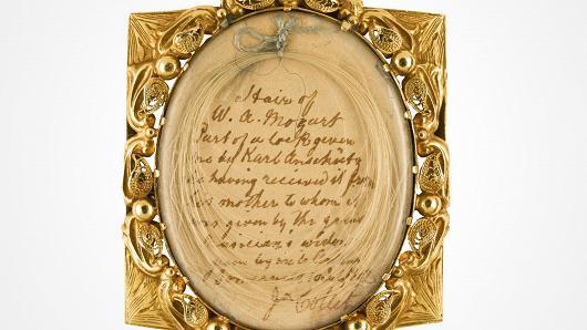 Pozlátená schránka, v ktorej Mozartova manželka uchovávala na pamiatku ústrižok jeho vlasov.