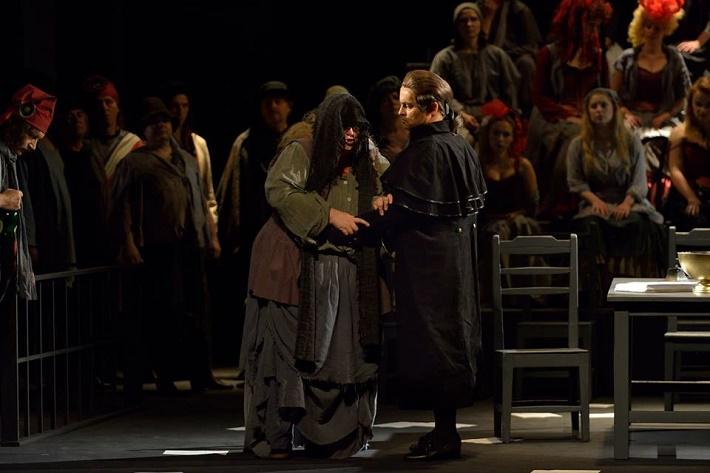 Andrea Chénier, NDM Ostrava, Yvona Škvárová (Madelon), Jakub Kettner (Carlo Gérard) a zbor opery NDM, foto: Martin Popelář