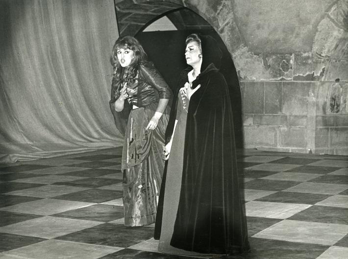 Zámocké hry zvolenské, 1981, Giuseppe Verdi: Maškarný bál, Christina Angelakova (Ulrika), Dagmar Rohová (Amelia), foto: Archív DÚ