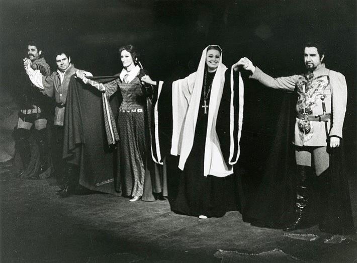 Zámocké hry zvolenské, 1980, G. Verdi: Trubadúr, zľava: M. Schenko (Ferrando), F. Lazaro (Manrico), A. Stopková (Inez), A. Starostová (Leonora), D. Iordachescu (Luna), foto z ďakovačky po 1. dejstve, foto: Archív DÚ