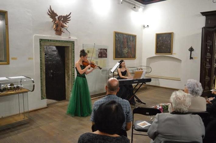 Andrea Astrabová (husle), Zuzana Slivková (klavír), v Zasadacej sieni historickej radnice v Bardejove