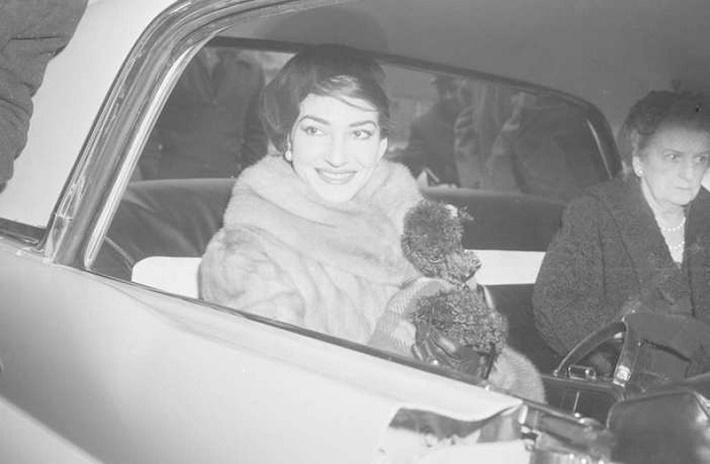Maria Callas v Mercedese z roku 1971 na jednom z operných turné po Európe