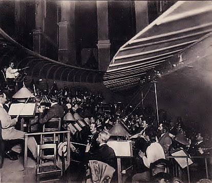 dobová snímka z orchestrálnej  jamy v Bayreuthe