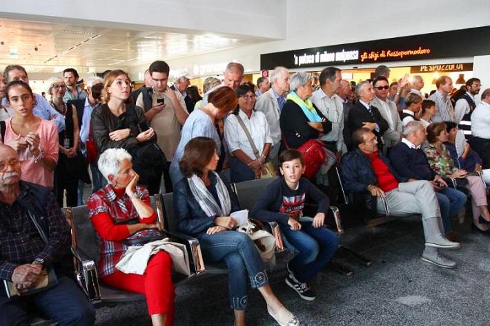 Donizetti na letisku Malpensa, diváci vo food courte v Termináli 1.