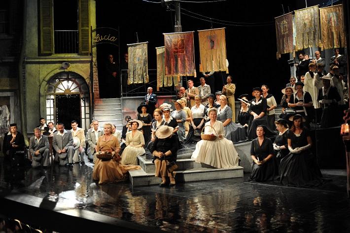 Pietro Mascagni: Sedliacka česť, Opera SND, Scéna, (Zbor Opery SND) foto: Alena Klenková